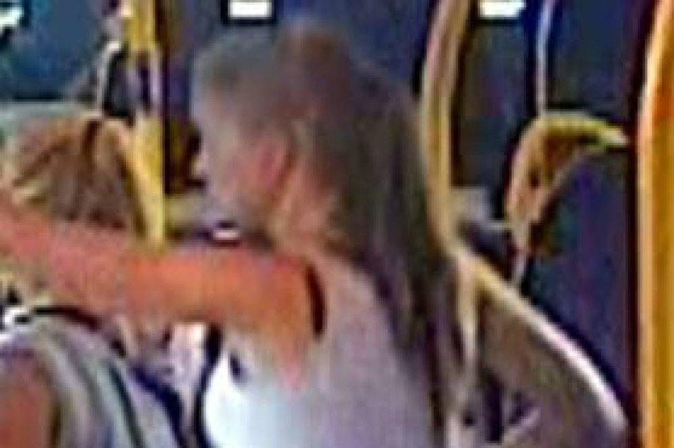 Politiet har offentliggjort dette bildet i det Sigrid Schjetne går på 69-bussen på Tveita stasjon i Oslo lørdag 4. august kl 19.45. Bildene offentliggjøres for å vise hva hun hadde på seg den kvelden hun forsvant. Politiet håper bildene kan bidra til flere tips, og være til hjelp for de som leter.