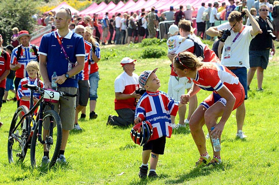 Gunn-Rita Dahle Flesjå brøt OL-rittet i terrengsykling lørdag. Her sammen med mannen Kenneth Flesjå og sønnen Bjørnar. (Foto: Vidar Ruud, ANB)