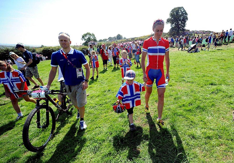 Gunn-Rita Dahle Flesjå brøt OL-rittet i terrengsykling lørdag. Hun ruslet ut av stadioen sammen med mannen Kenneth Flesjå og sønnen Bjørnar. (Foto: Vidar Ruud, ANB)
