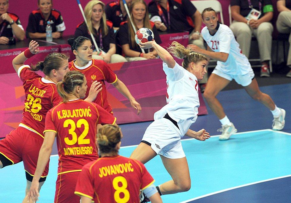 Gøril Snorroeggen scorer  mot Montenegro. (Foto: Vidar Ruud, ANB)