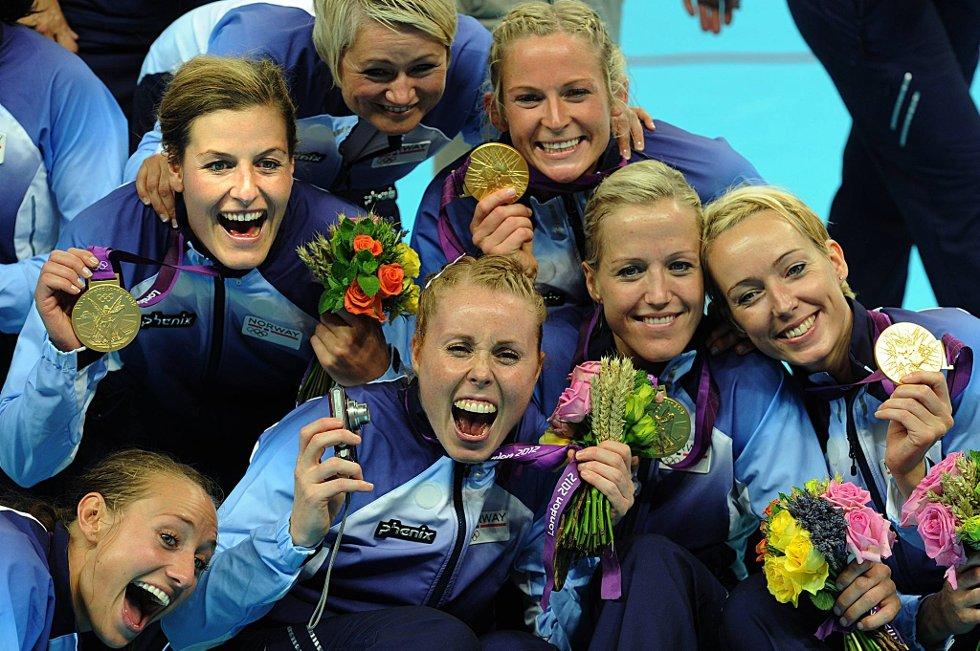 Camilla Herrem, Linn-Kristin Riegelhuth Koren, Karoline Dyhre Breivang, Heidi Løke, Kathrine Lunde Haraldsen og Ida Alstad jubler.  (Foto: Vidar Ruud, ANB)