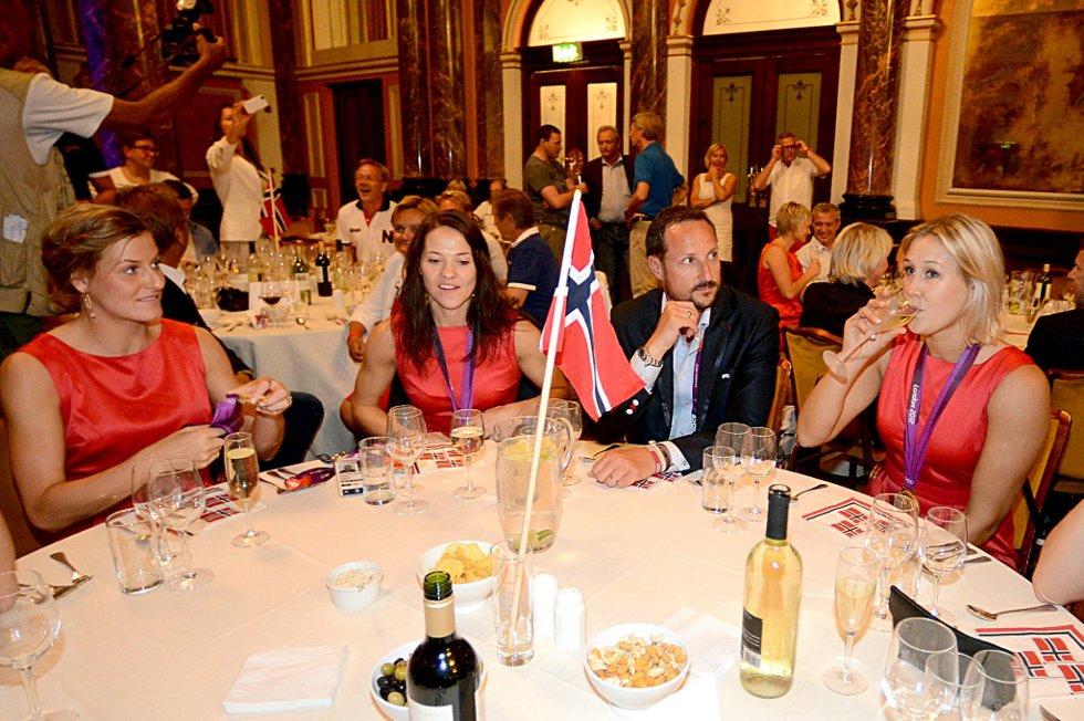 Linn-Kristin Riegelhuth Koren, Kari Mette Johansen og Marit Malm Frafjord feiret OL-gullet sammen med  med kronprins Haakon. (Foto: Vidar Ruud, ANB)