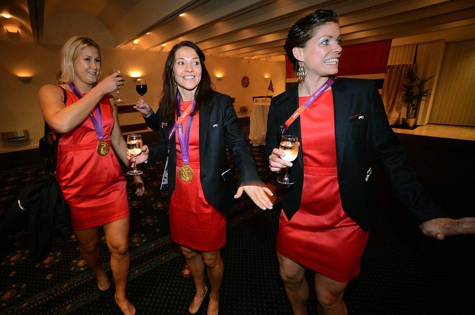 Marit Malm Frafjord, Kari Mette Johansen og Kari Grimsbø Aalvik feiret OL gullet-natt til søndag! (Foto: Vidar Ruud, ANB)