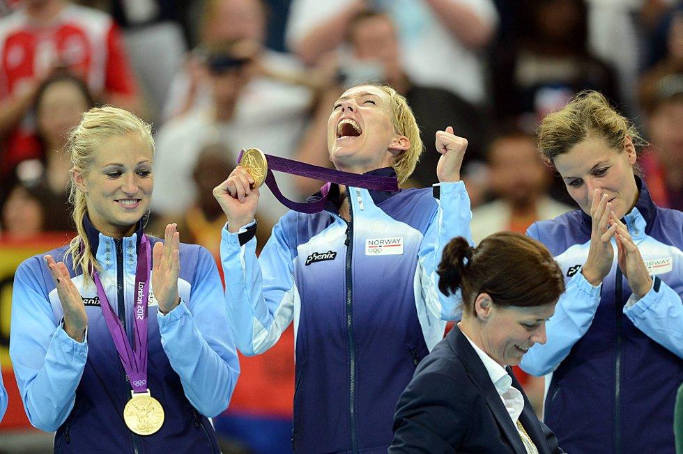 Linn Jørum Sulland, Kathrine Lunde Haraldsen og Linn-Kristin Riegelhuth Koren feirer OL-gull. (Foto: Vidar Ruud, ANB)