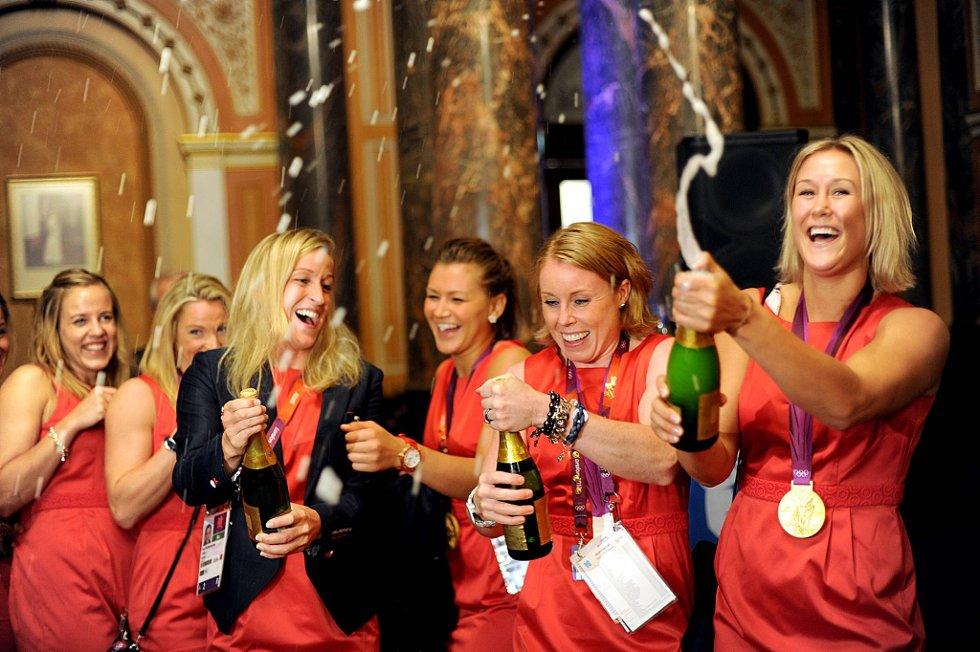 Karoline Dyhre Breivang og Marit Malm Frafjord feiret OL-gullet natt til søndag med champagnesprut. (Foto: Vidar Ruud, ANB)