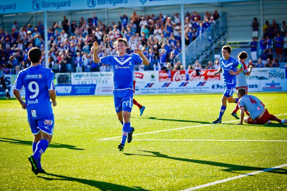 Sarpsborg 08 vant 4-0 over Strømmen. Nicolay Solberg jubler etter å ha satt inn lagets tredje mål.