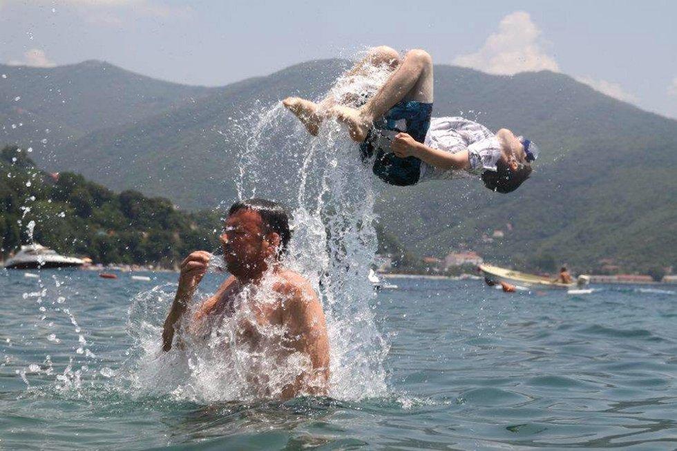 Hilsen fra Montenegro, juli 2012: Ola Grøndalen Lund tar en perfekt salto med god hjelp fra pappa Tom. Vanntemperatur: 28 grader :-) Fotograf: Gro Jahr Huso, Kløfta. (Foto: )