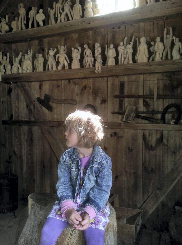 Guro i snekkerbua: Preget av stundens alvor. På besøk i Emils Katthult i sommer, tok Guro (4 år) turen i «snikkarboden». Foto: Ola Ramsøy Nystøyl (Foto: )