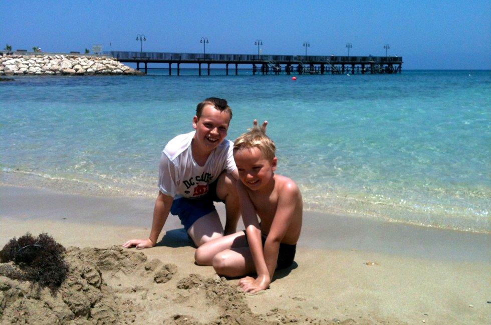 Hilsen fra sol og strand: På Kypros fant Jørgen og Håkon alt de ønsket seg i sommer, sol, strand, hav og varme. Fantastiske dager! Foto: Mamma, Anne Jahren (Foto: )