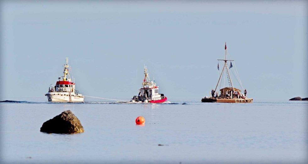 Her er Kon-Tiki med to redningsskøyter; slepebåt RS Ragni Berg og følgebåt RS Simrad Færder.