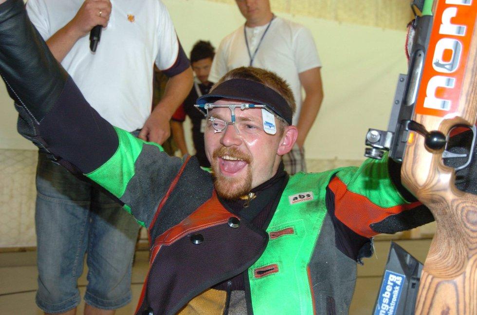 Jublet: Hans Kristian Wear fra Styrvoll skal skyte mot skive 1 i kongelaget på Landsskytterstevnet torsdag kveld. Ja, ropte han av full hals da resultatet ble anvist. (Foto: John Byman)