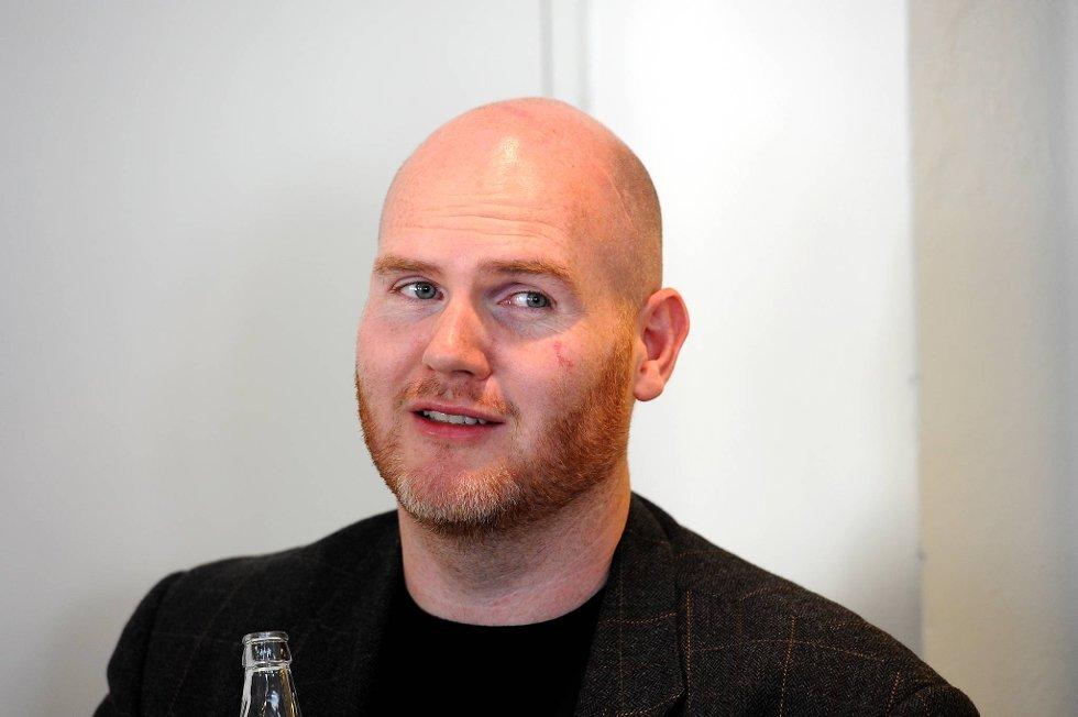 Det kommer en ny roman fra Jan Roar Leikvoll. Det er blitt sagt om mannen at ingen skriver råere enn ham på norsk, og den nye romanen, «Bovara», er som et eventyr, med handling fra klostermiljø.