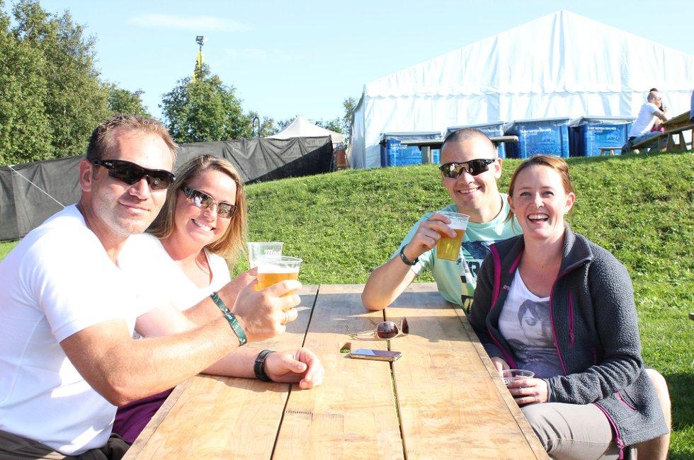 F.v. Trond, Anita, Vegard og Heidi nøt årets første parkenpils fra panoramaplassen på toppen av bakken.