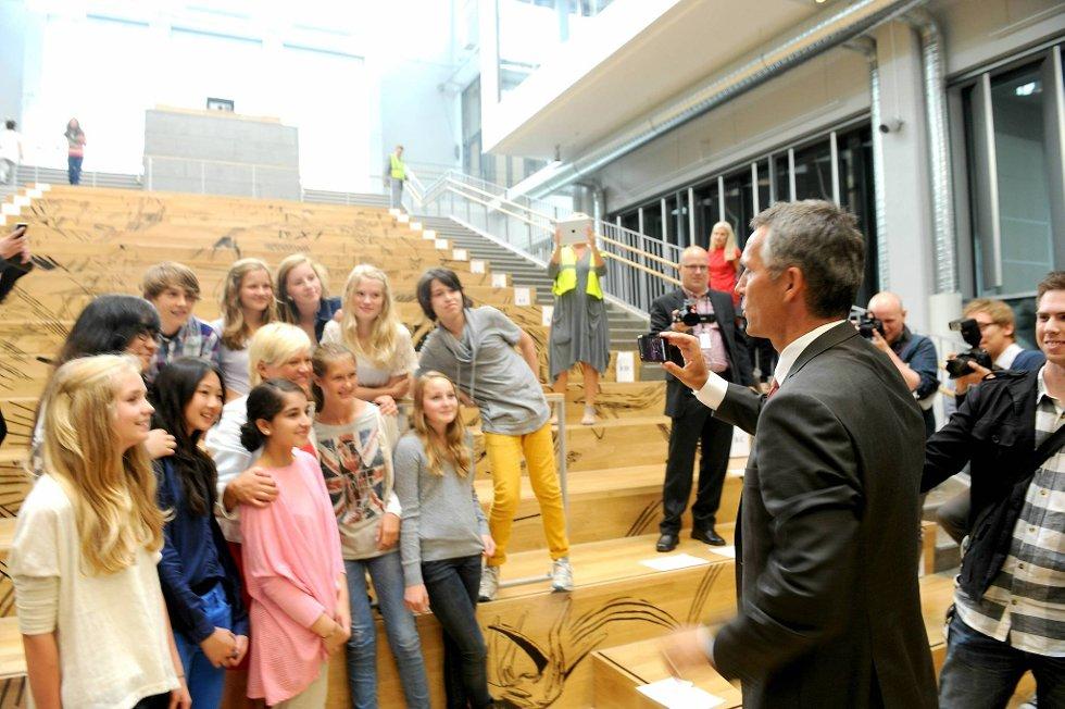 """Jens Stoltenberg benyttet anledningen til å forsøke seg som """"pressefotograf"""" da han besøkte Frydenberg skole i Oslo ved skolestart."""