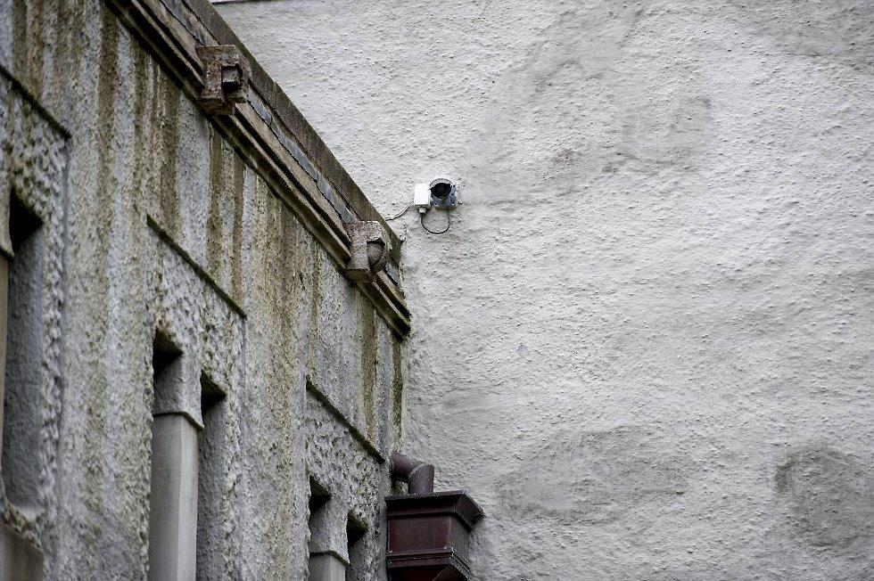 - Vi har et kamera på veggen som peker rett mot lasterampen og et kamera som peker mot bommen der biler kjører inn og ut, forklarer Ove Friele ved DnS.