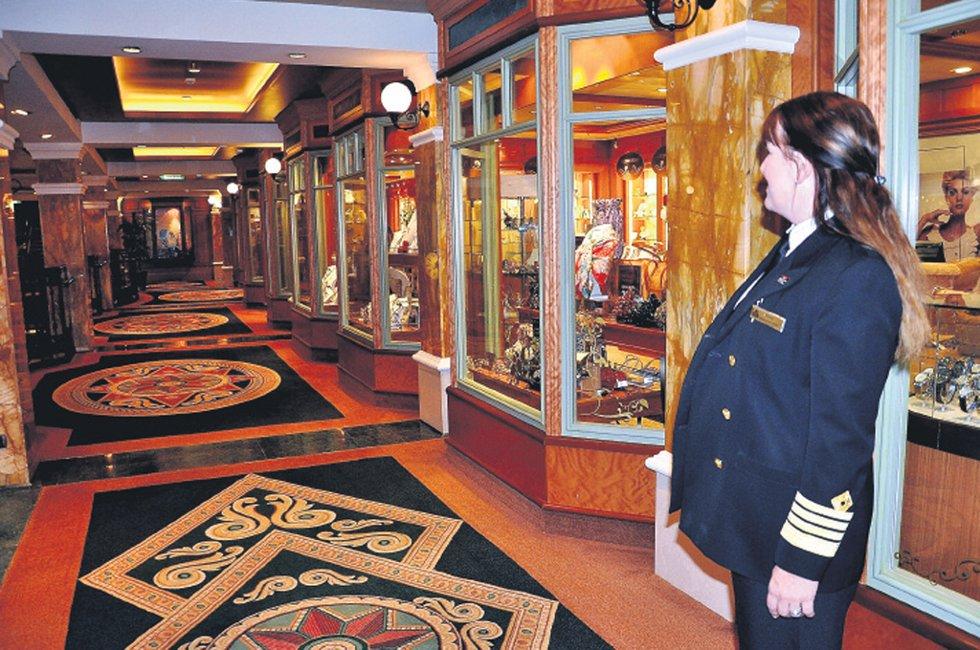 """DYR GATE: Skipets handlegata bærer, som resten av """"Queen Victoria"""",  preg av dyr stil. Og priser! (Foto: Randi Elvebakken)"""