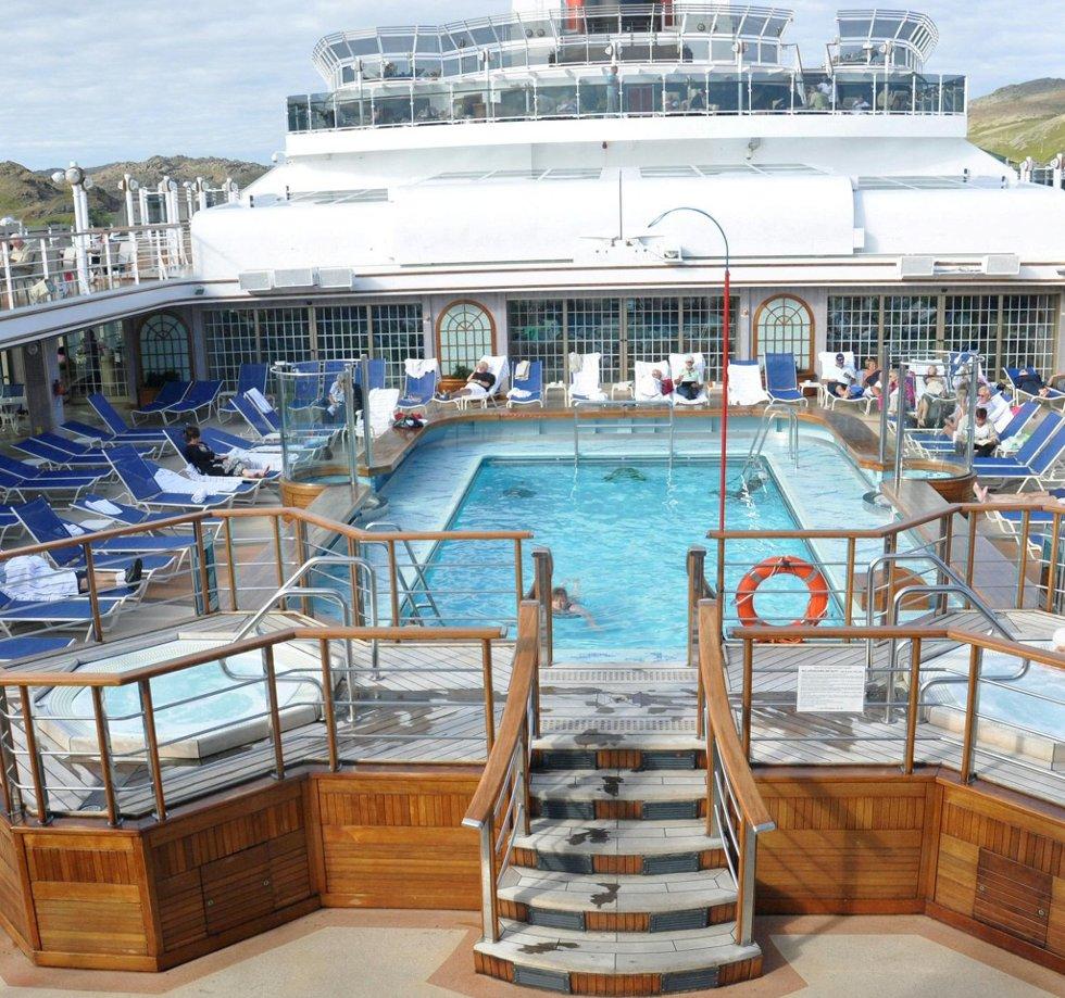 Et cruiseskip på ha basseng. (Foto: Randi Elvebakken)