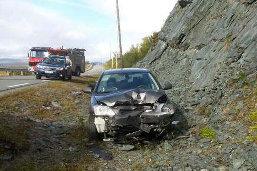 To personer er sendt til Hammerfest sykehus etter en utforkjøring i Kvalsund onsdag. MMS-foto: Svein G. Jørstad