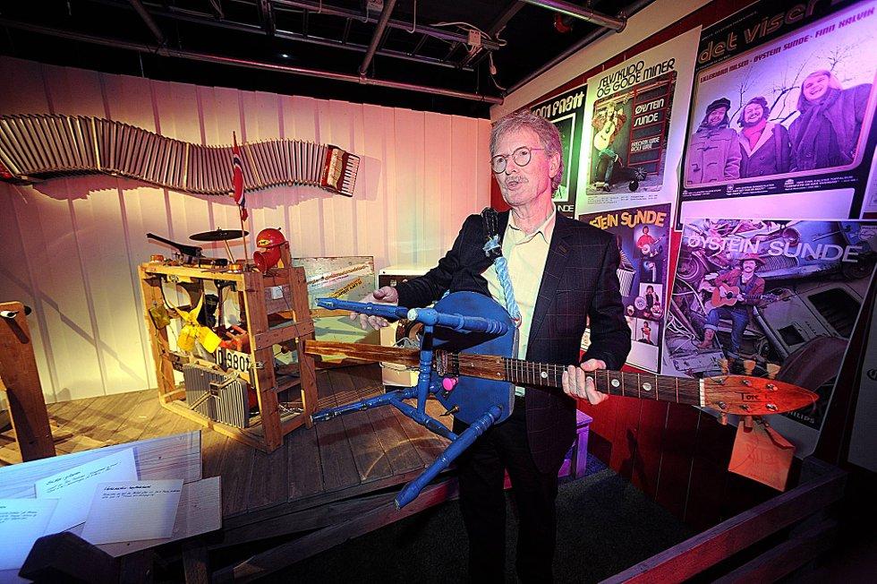 Øystein Sunde viste fram egne gjenstander fra karrieren på  utstillingen «Kjekt å ha» på Popsenteret i Oslo. Her en stolgitar han brukte på show i 90 åra.