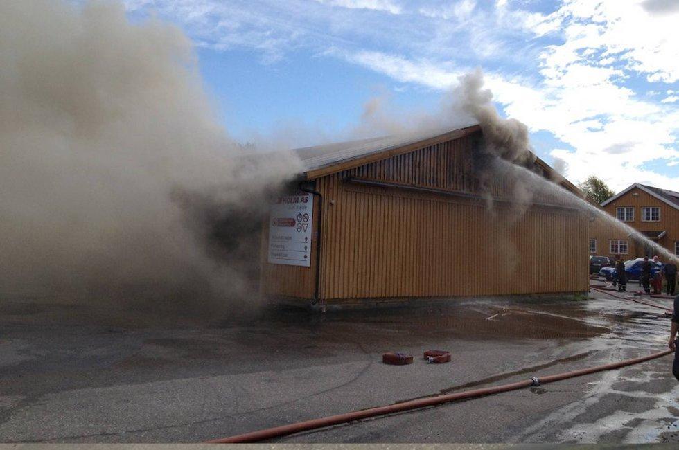 Det brenner i trelastbedriften Bergene Holm i Larvik.