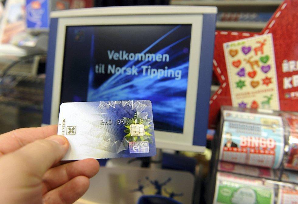 Mange lag og foreninger håver inn store summer fra grasrotandelen i Norsk Tipping, men det finnes ingen kontroll over hvordan pengene brukes.