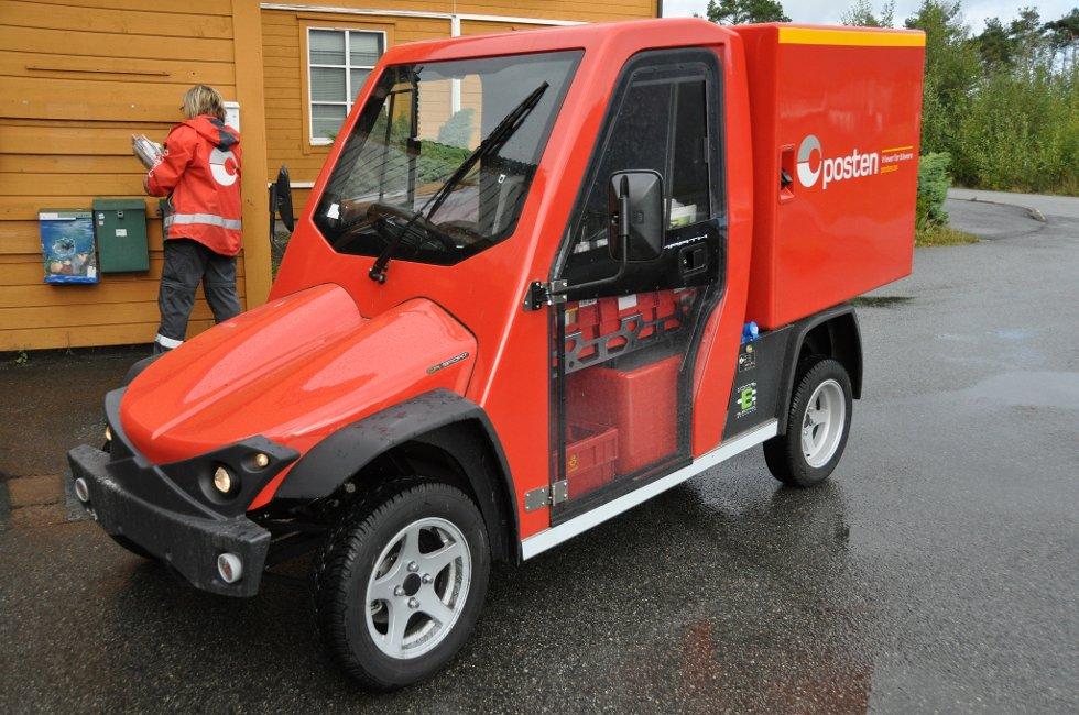 Den nye elbilen til Posten har ein litt uvanleg utsjånad. Helga Tveito (t.v.) fekk fredag testa den ut på Husnes.