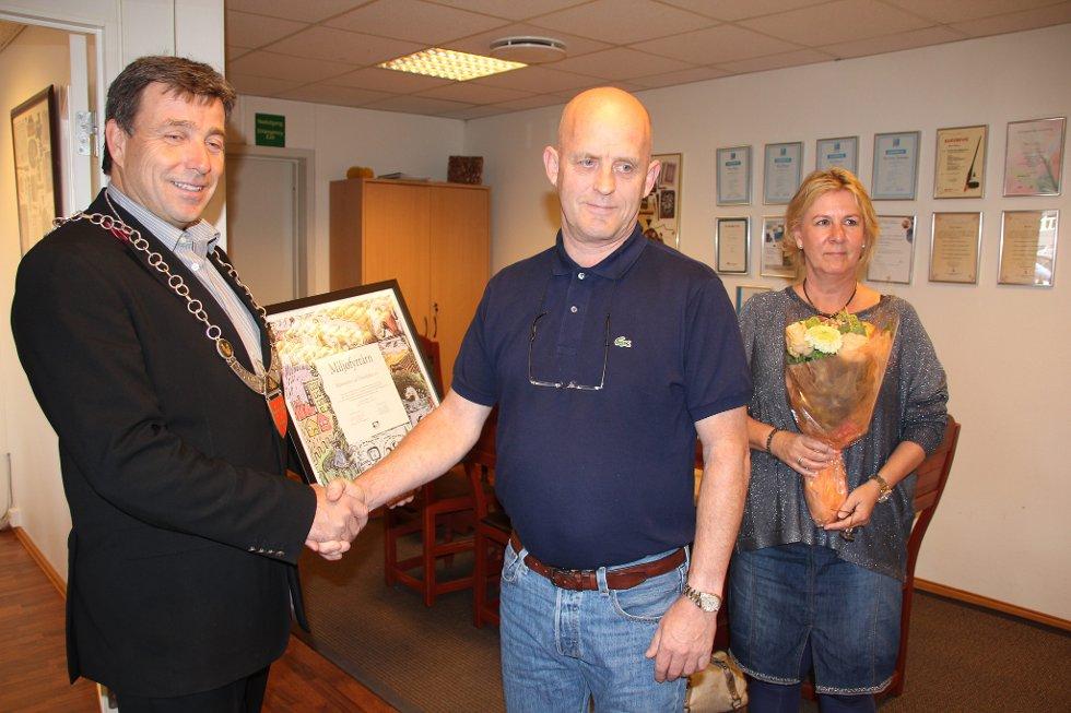 Ordfører John Ødbehr sa han var stolt over å kunne overrekke Miljøfyrtårn- diplomet til Leif Thorvaldsen.  Bitten Thorvaldsen tok i mot blomstene fra kommunen.