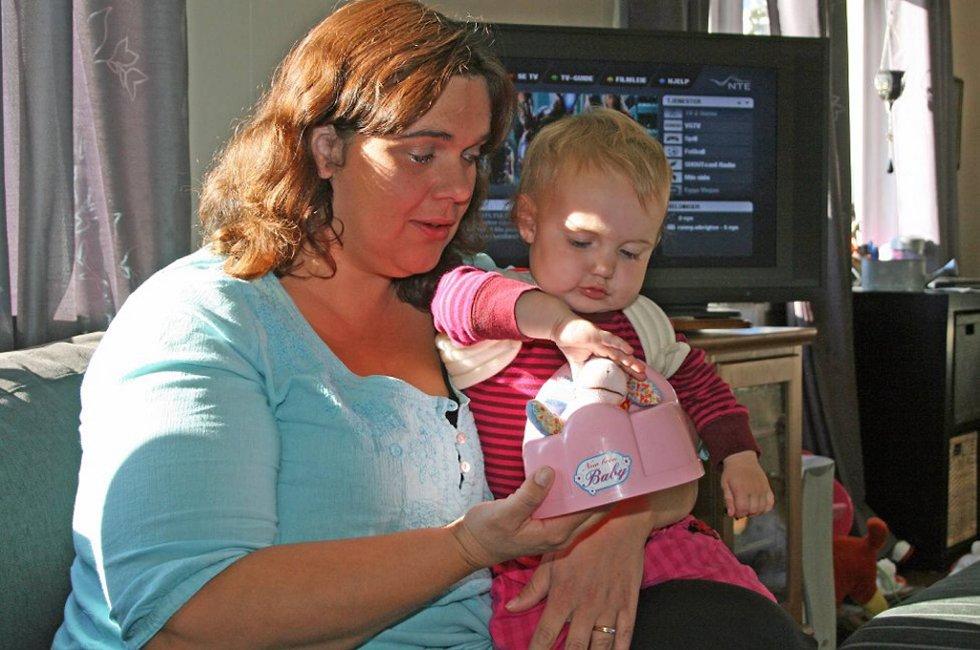 Ida Johanne (1 ½ år) ble sendt hjem fra legevakta. Dagen etter ble det konstatert kravebeinsbrudd. Mamma Inger Fedje Albrigtsen er sjokkert.