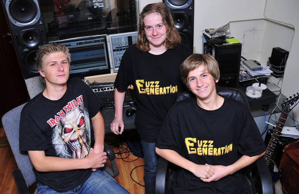 MANGE TIMER I KJELLERN: Hjemmestudioet hos vokalist Mikkel Nilsen Nicolaisen (15) blir godt brukt av metallbandet «Fuzz Generation». De har lært seg alt på egenhånd, og produserer sin egen debutplate som begynner å ta form. Fra venstre: Mikkel Nilsen Nicolaisen (15), Adrian Bjerketvedt (15) og Trym Eide (15). Henry Solstrand er ikke tilstede på bildet.  (Foto: Marie Moen Kingsrød)