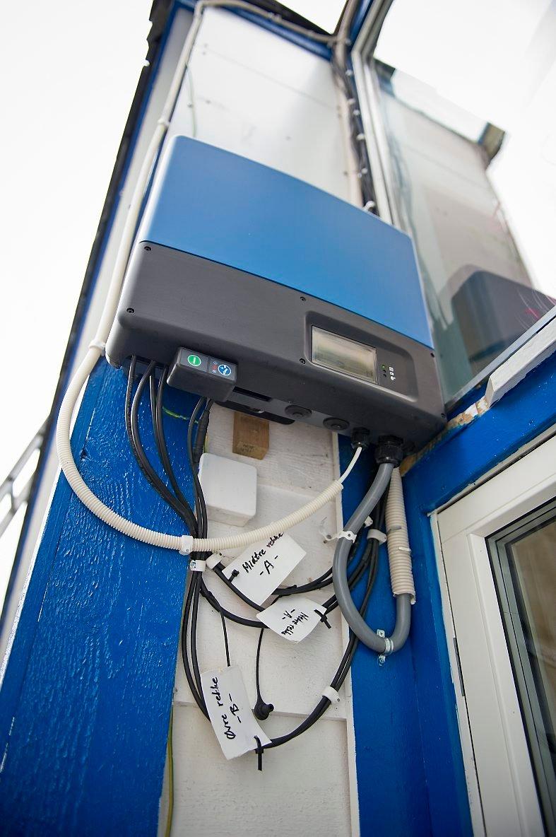 IKKE LEDNINGSKREKK: Nakling har ikke ledningsskrekk, og husets energiproduksjon viser godt igjen. Her registreres produksjonen på soltaket.