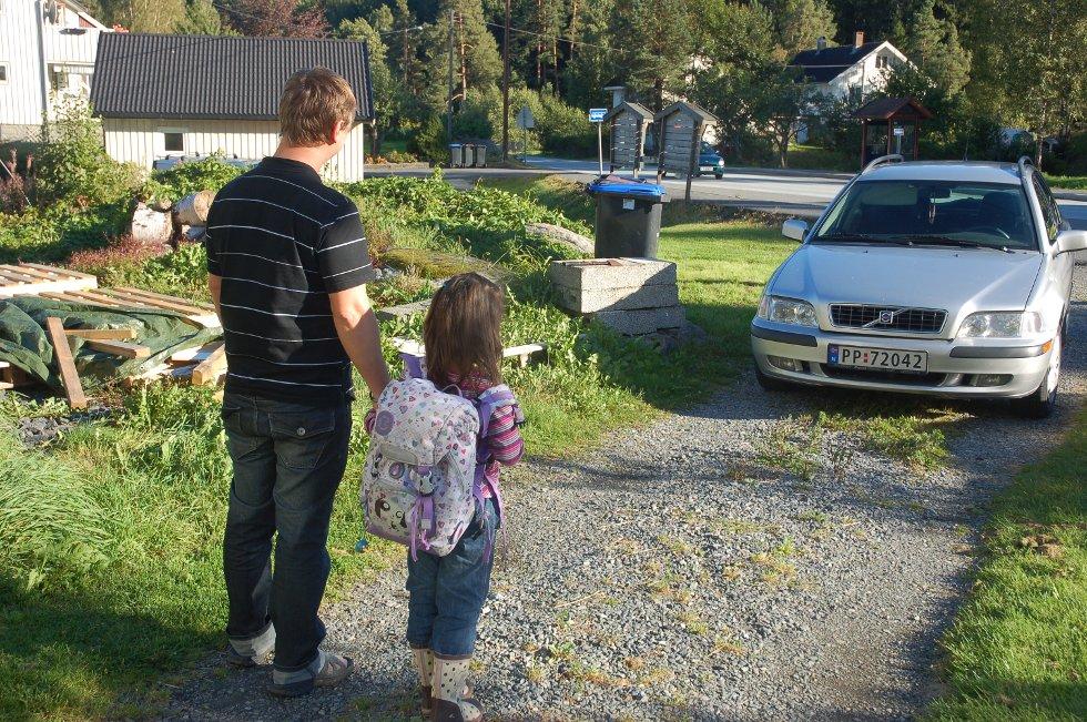 Jan Terje Rønningbakken og datteren Katrine i Bosvika på vei til skolen. Ikke fra bussholdeplassen i bakgrunnen, men i privatbil.