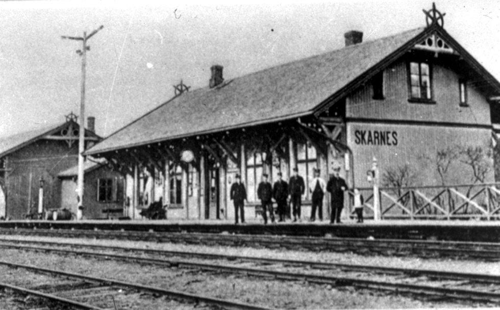 På perrongen: Slik så det ut på Skarnes stasjon for drøyt 100 år siden. Den staselige bygningen er ikke mye annerledes den dag i dag. FRA SØR-ODAL KOMMUNES SAMLING, SAMLET INN AV KRISTIAN JULSTRUD.