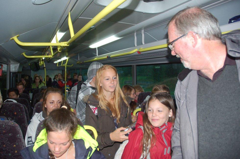 Ordfører Per Kr. Lunden i Risør i samtale med Annie og Mina Fredriksen på skolebussen mellom Bosvika og byen. Jentene syntes det var greit at ordføreren fikk føle hvor lite komfortablet det er for mange elever å ta skolebussen. FOTO: Svein Walstad