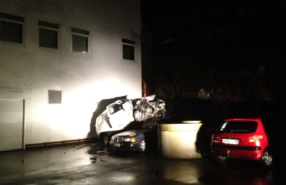 Den stjåle pizzabilen endte opp på en annen bil etter å ha kjørt utfor et stup på Innlandet. Foto: Håkon Visnes