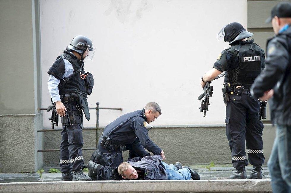 Slike scener er sjeldne i Bergen by: Her blir Øystein Bønes, vararepresentant i bystyret for De Grønne, lagt i bakken av tungt bevæpnet politi, etter en «bombetrussel» han senere forklarte var «en dårlig spøk».