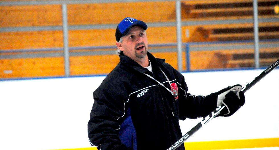 SPENT: A-laget til Skien, Lynx, serieåpner i 1. divisjon i kveld. Hovedtrener Brett Stewart gleder seg til å komme i gang med sesongen, og tror laget kan komme til å overraske.