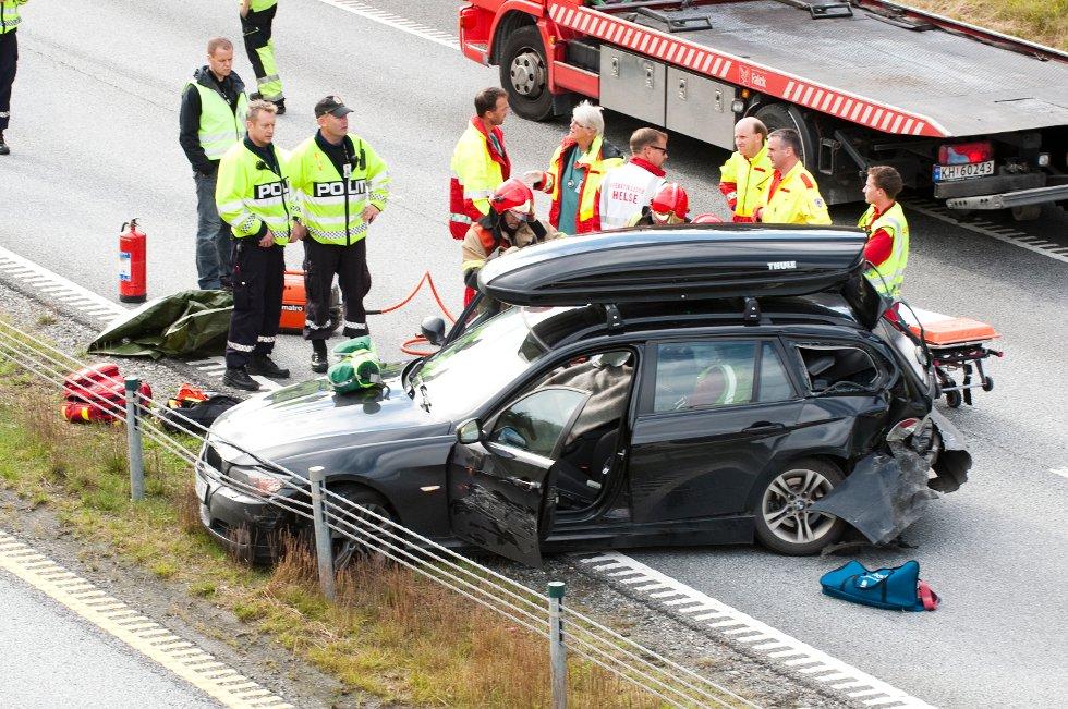 Redningspersonell holdt lenge på med behandling av en mann i den ene bilen før han ble brakt til Sykehuset Østfold. Alle foto: Stein Johnsen