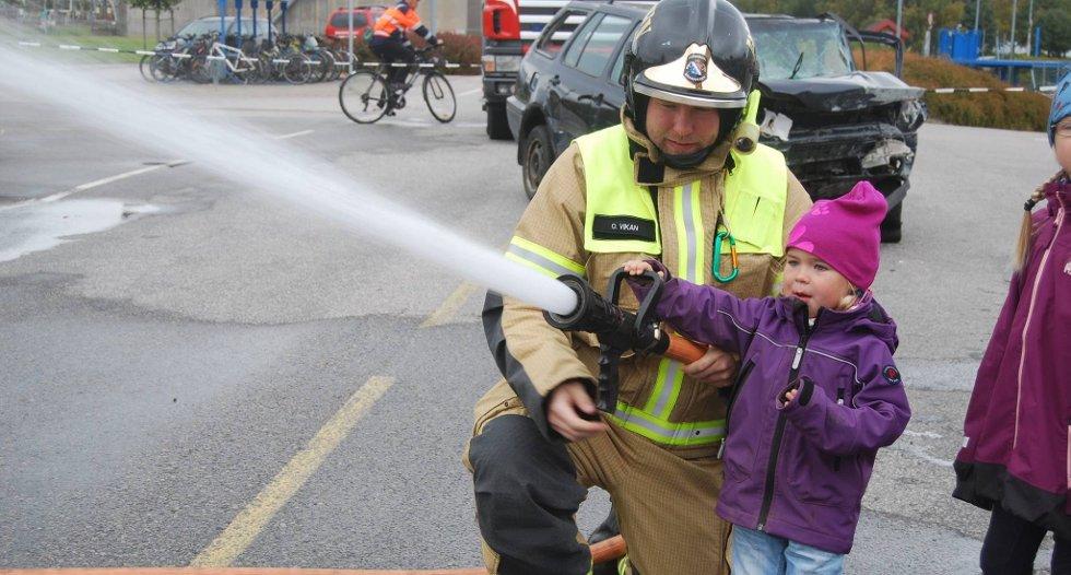 HØYTTRYKK: Barna fikk prøve brannslangen på åpen dag på Porsgrunn brannstasjon lørdag.