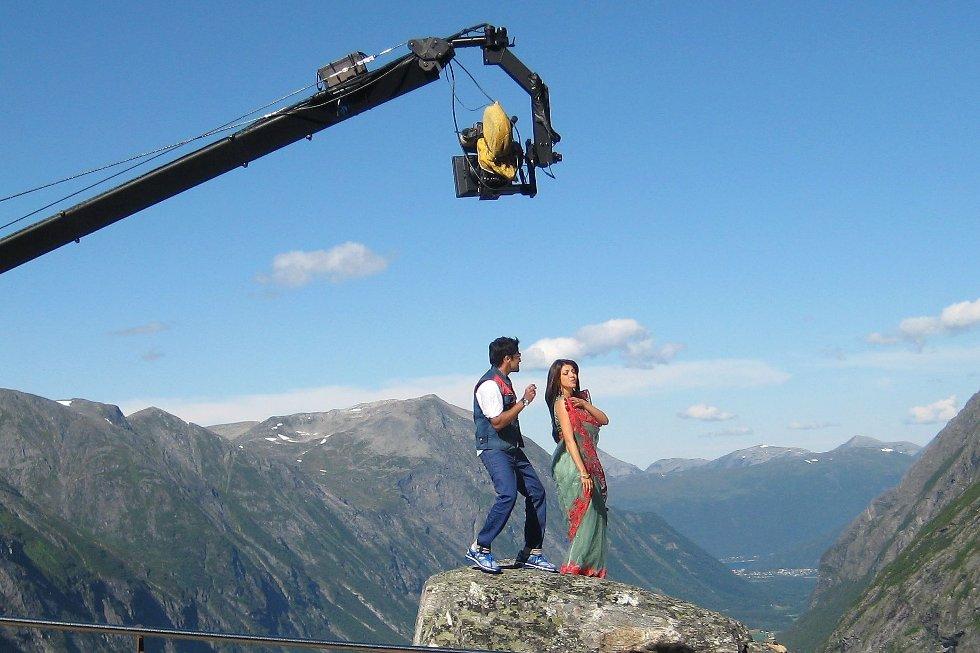Suriya og Kajal, her under innspelinga på Trollstigen.