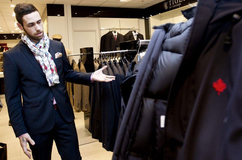 DYRE JAKKER: Butikksjef ved Follestad på Strømmen Storsenter, Stian Hagen, forteller at tyvene gikk etter de dyreste merkejakkene de har i butikken. FOTO: LISBETH ANDRESEN