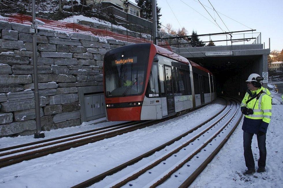 Bybanen passerer rundkjøringen i Skjoldskiftet.