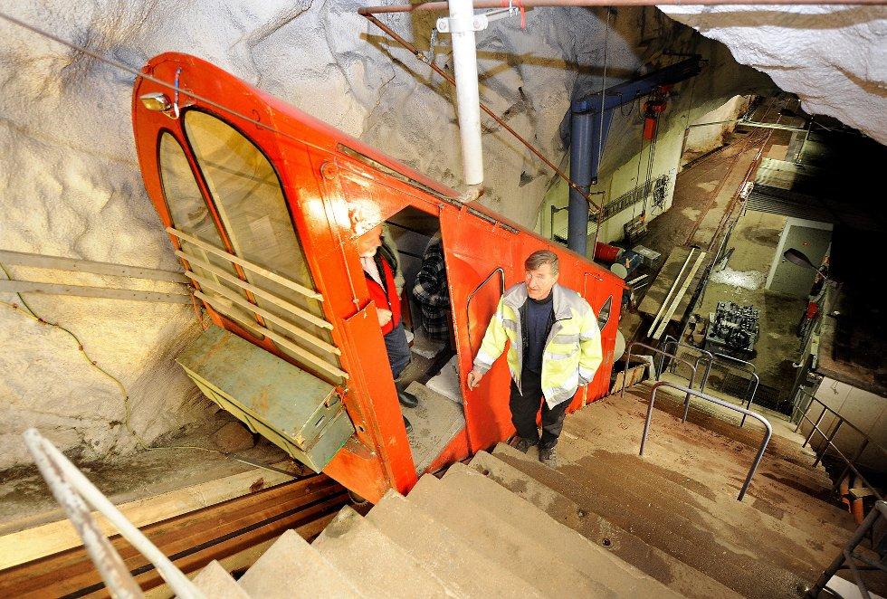 IKKE PRIVAT: ? Jeg kan aldri tenke meg at dette havner på private hender, sier Øistein Saugerud som har jobbet 20 år i forsvarsanlegget i Gaustatoppen og fortsatt er driftsansvarlig av Gaustabanen.arkivfoto: inge fjelldalen