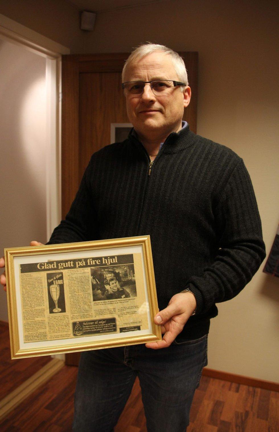 HISTORIE: Her viser Stig Kristiansen frem et innrammet avisutklipp fra Nordlys i 1988, den gang skrevet av journalist Knut Smistad.