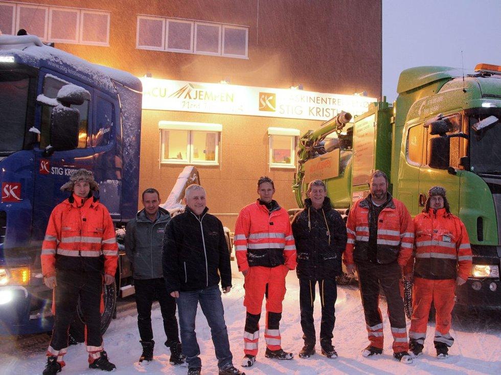 STOR BILPARK: Noen av de ansatte i Stig Kristiansen AS og Vacumkjempen viser frem kjøretøy foran bedriftenes hovedkvarter på Skattøra.