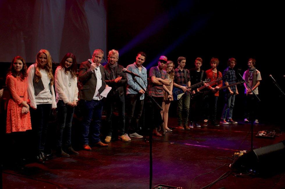 Alle de videresendte deltagerne sammen med juryen på scenen etter seieren