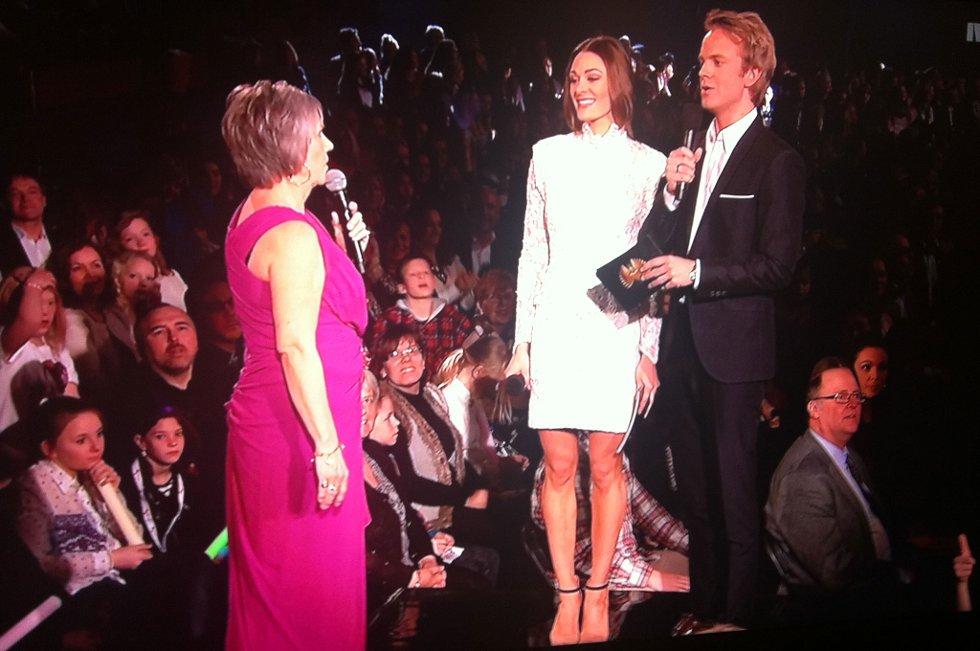 Jane Løken fra Larvik overleverer resultatene til programlederne (Foto: Skjermdump fra NRK TV)