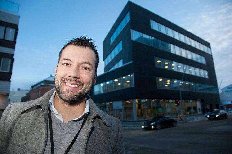 Megler Tomi Christian Johansen, daglig leder hos DNB Eiendom, solgte fem boliger på fem timer fredag.