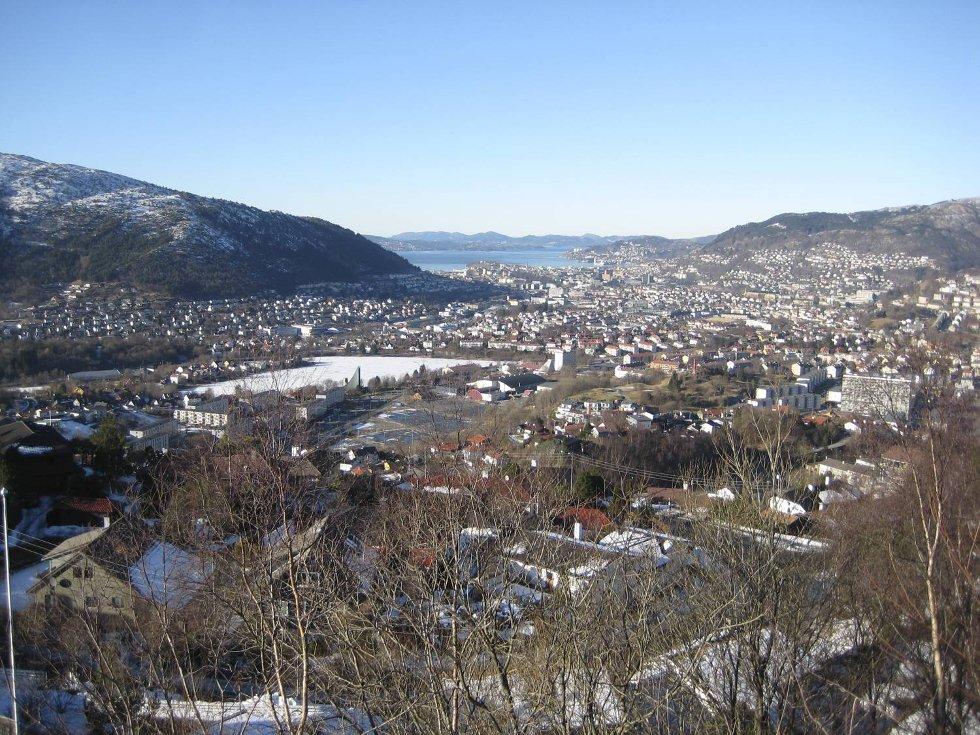 Bergen sett fra Nattlandsfjellet søndag.  (Foto: Knut Veilon Nilsen)