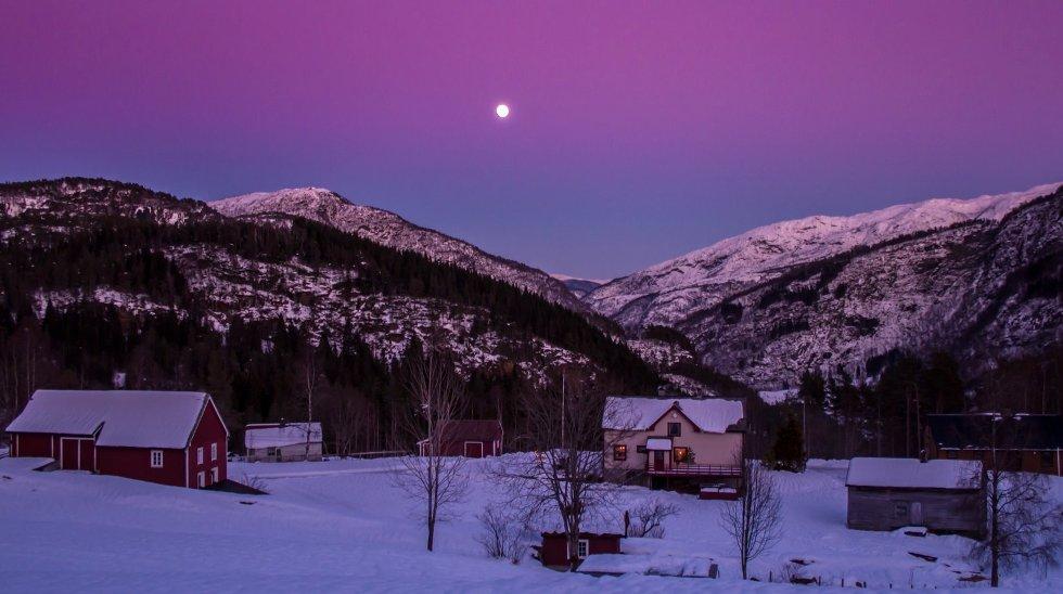 Dette bildet er av en av gårdene på vei ned mot Bolstad. Tatt på kvelden søndagen. (Foto: Jan Petter Svendal)