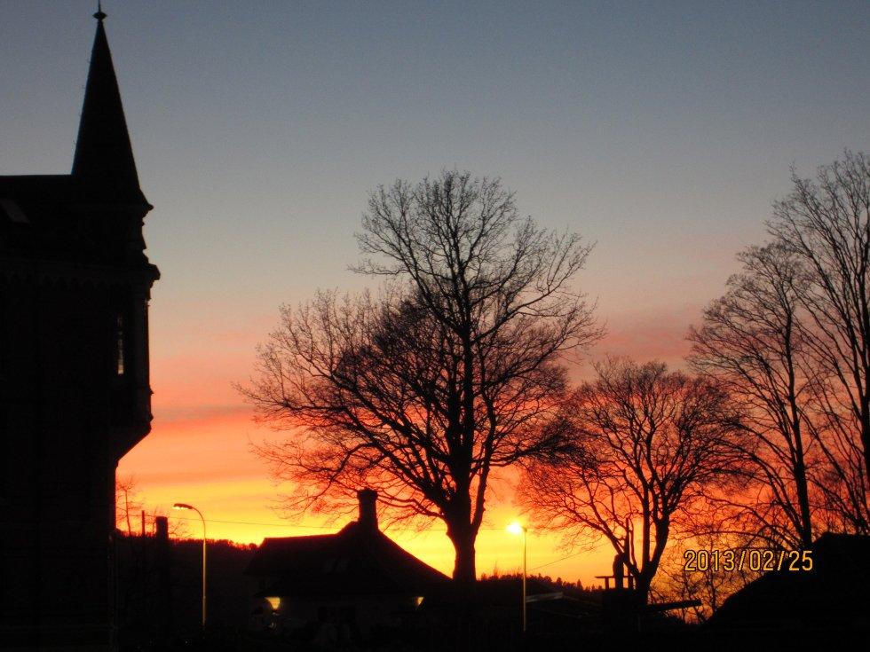 Fine farger på himmelen sett fra Nordnes.  (Foto: Knut Arnesen)